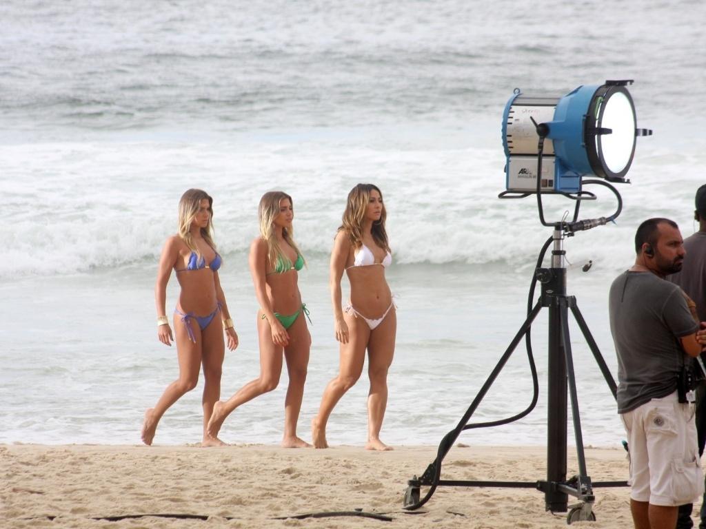 1.fev.2013 - Sabrina Sato e as gêmeas do nado sincronizado, Bia e Branca Feres, gravaram comercial para uma marca de lâmina de barbear na praia de São Conrado, zona sul do Rio