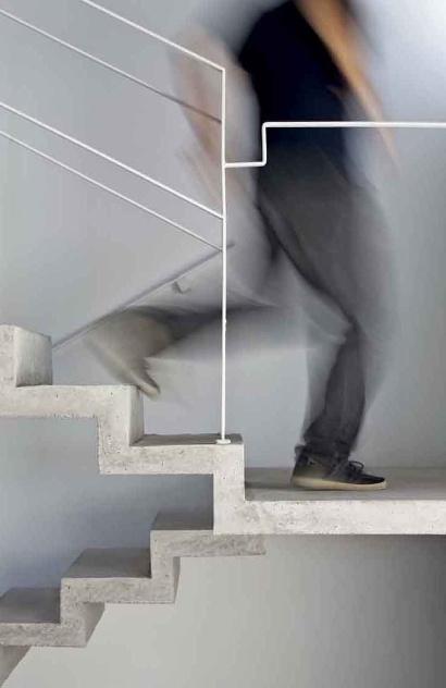 Detalhe da escada em dois lances, executada em concreto. A Casa do Moinho foi projetada pela arquiteta Nora de Queiroz