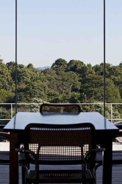 Da sala de jantar é possível desfrutar da bela paisagem formada pela mata permanente vizinha à Casa do Moinho, projetada pela arquiteta Nora Queiroz