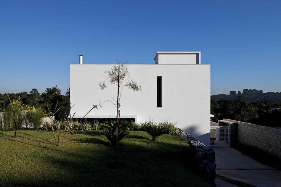 A Casa do Moinho, projetada pela arquiteta Nora Queiroz, é um cubo branco com 190 m² de base onde se destacam os esbeltos rasgos verticais que permitem a entrada de luz natural
