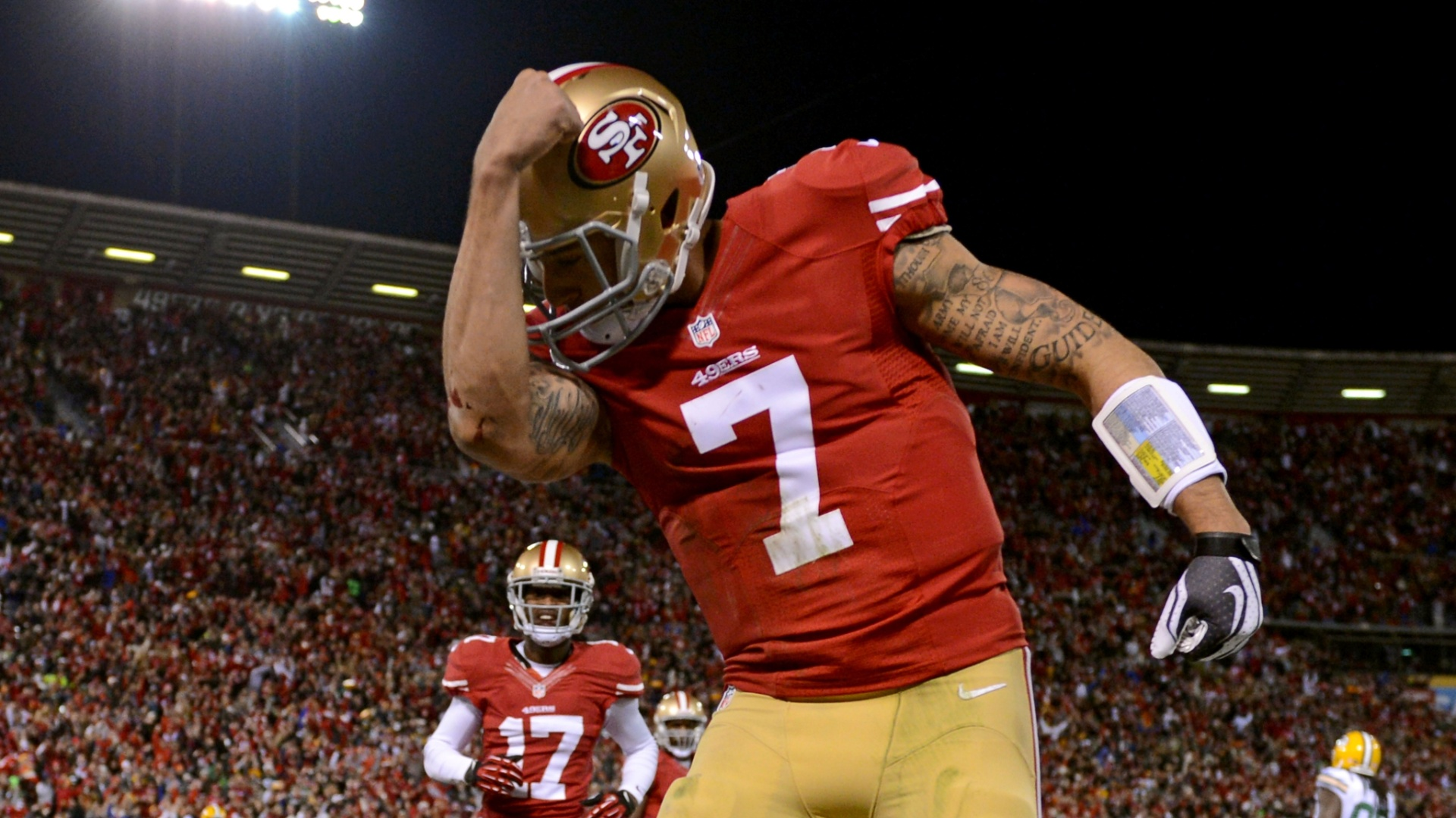 Colin Kaepernick, quarterback do San Francisco 49ers, faz o kaepernicking