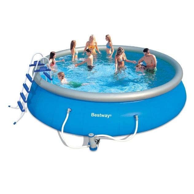 Com 549 cm de diâmetro e capacidade para armazenar 21 mil litros de água, essa piscina inflável de PVC acompanha filtro, capa, escada, lona e kit de manutenção. Produzido pela Bestway, sai por R$ 1.199 nas Casas Bahia (www.casasbahia.com.br)