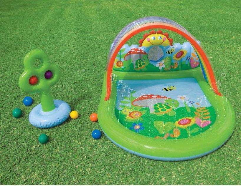Com capacidade para apenas 123 litros, essa piscina inflável em PVC vinil é indicada para o público infantil. Acompanha kit de reparos, arco-íris que funciona como guarda-sol, árvore inflável, chafariz e bolas plásticas para a brincadeira ficar completa.  Da Intex, à venda no Magazine Luiza (www.magazineluiza.com.br) por R$ 99,90 (+ frete)