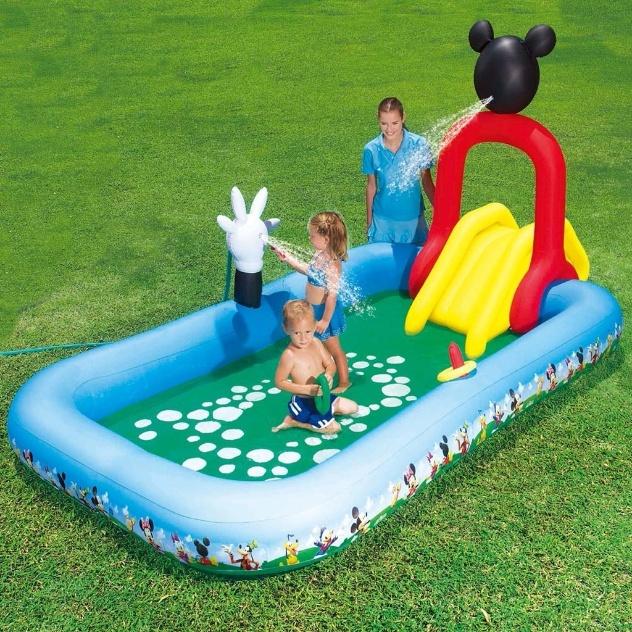 Essa piscina inflável com escorregador acoplado funciona como um centro de entretenimento para a criançada. Confeccionada em PVC pela Bestway, conta com dreno para saída de água e tem capacidade para 370 litros. Custa R$ 159,90 nas Casas Bahia (www.casasbahia.com.br)