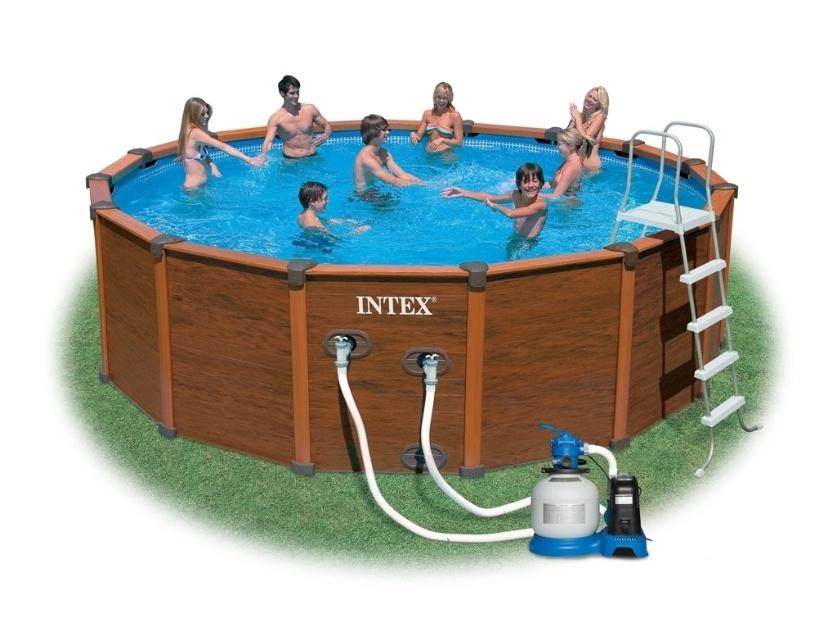 Grande e espaçosa, a piscina da Intex tem capacidade para 19 mil litros. É fabricada em três camadas de PVC pneumático de alta resistência e revestimento externo que imita madeira. O produto possui válvula para deságue e bomba filtro. Pode ser adquirida no Submarino (www.submarino.com.br) por R$ 4.199 (+ frete)