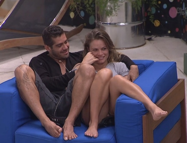 02.fev.2013 - Yuri e Natlia conversam com outros brothes na rea externa da casa
