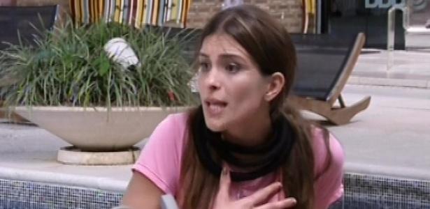 02.fev.2013 - Kamilla conversa com Fani e Fernanda na área externa da casa