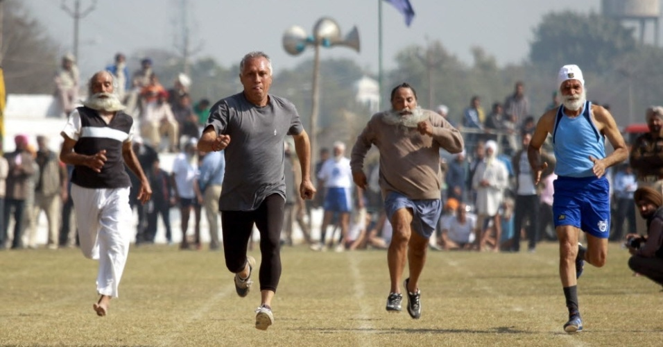 02.fev.2013 - Senhores correm a prova de 100 m para idosos nas Olimpíadas Rurais de Kila Raipur, na Índia, que reúne esportes bizarros