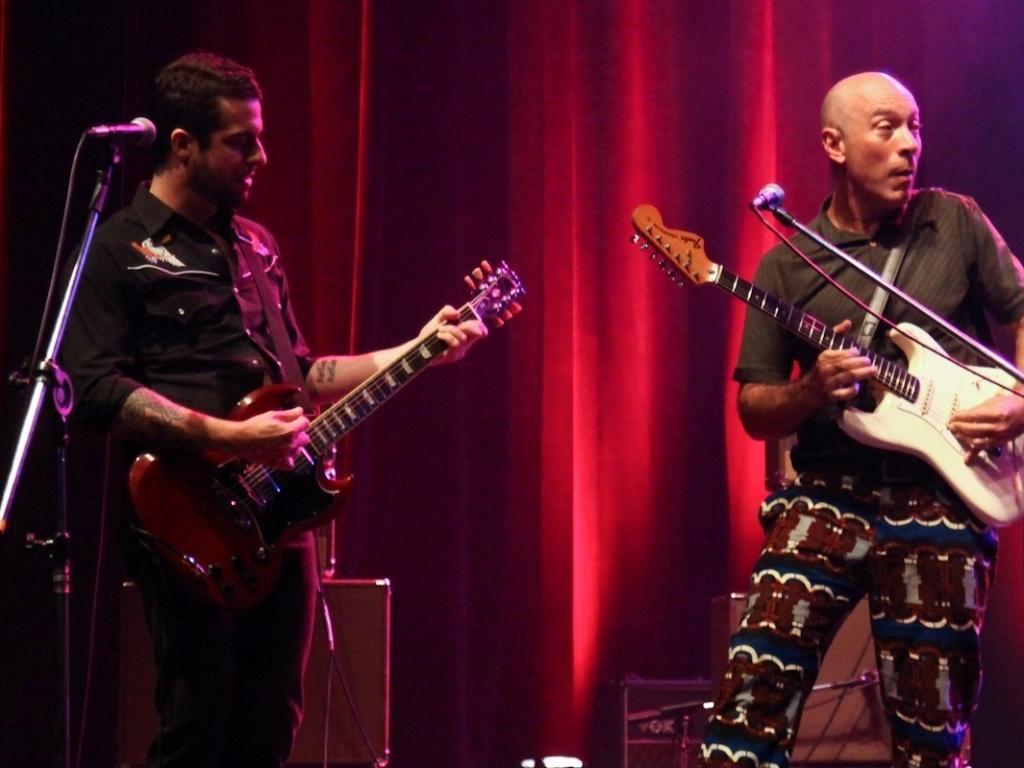 1.fev.2013 - Os guitarristas Edgard Scandurra (à dir) e Martin participam do show