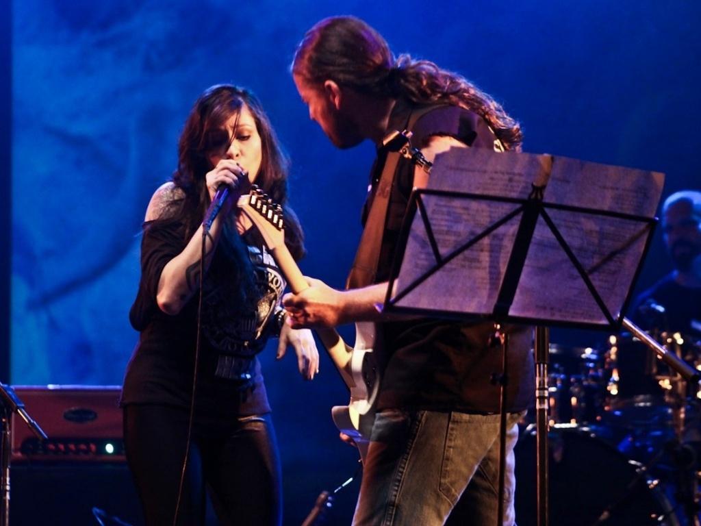1.fev.2013 - A cantora baiana Pitty (à esq) se apresenta com Andreas Kisser no show