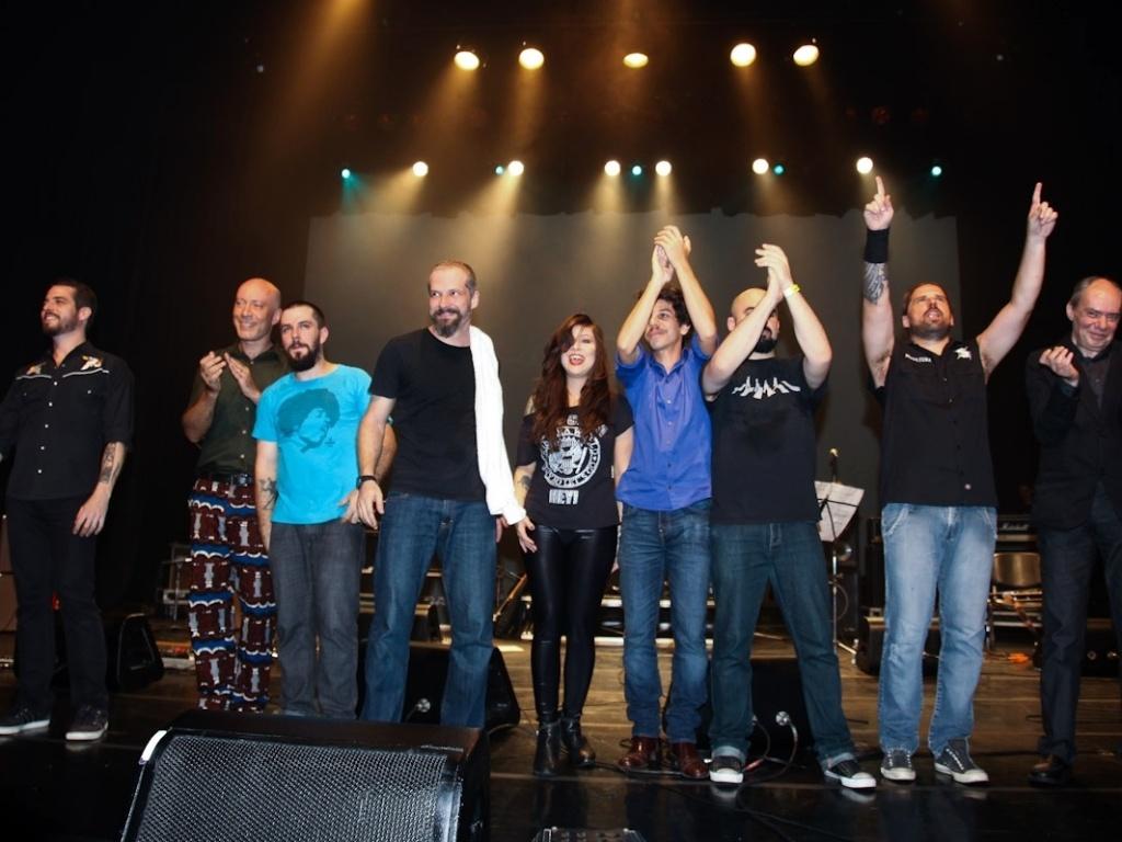 1.fev.2013 - Artistas agradecem o público após o show