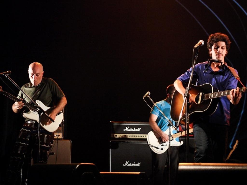 1.fev.2013 - Edgard Scandurra (à esq) e Hélio Flanders participam do show