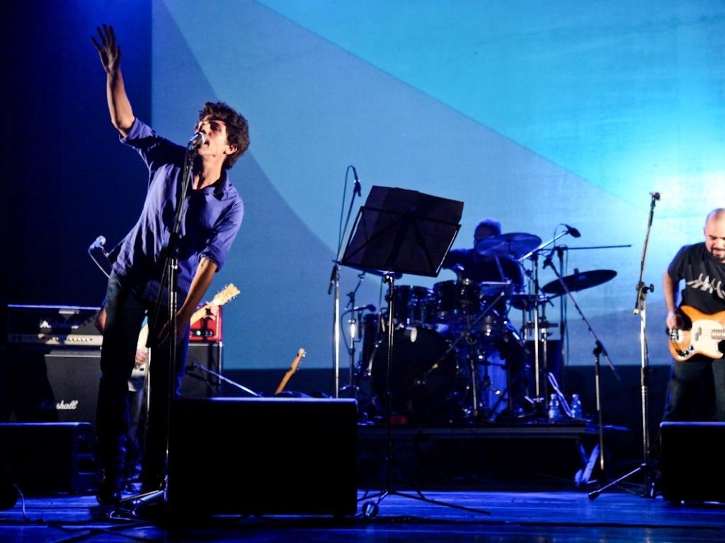 1.fev.2013 - Hélio Flanders, da banda Vanguart, participa do show