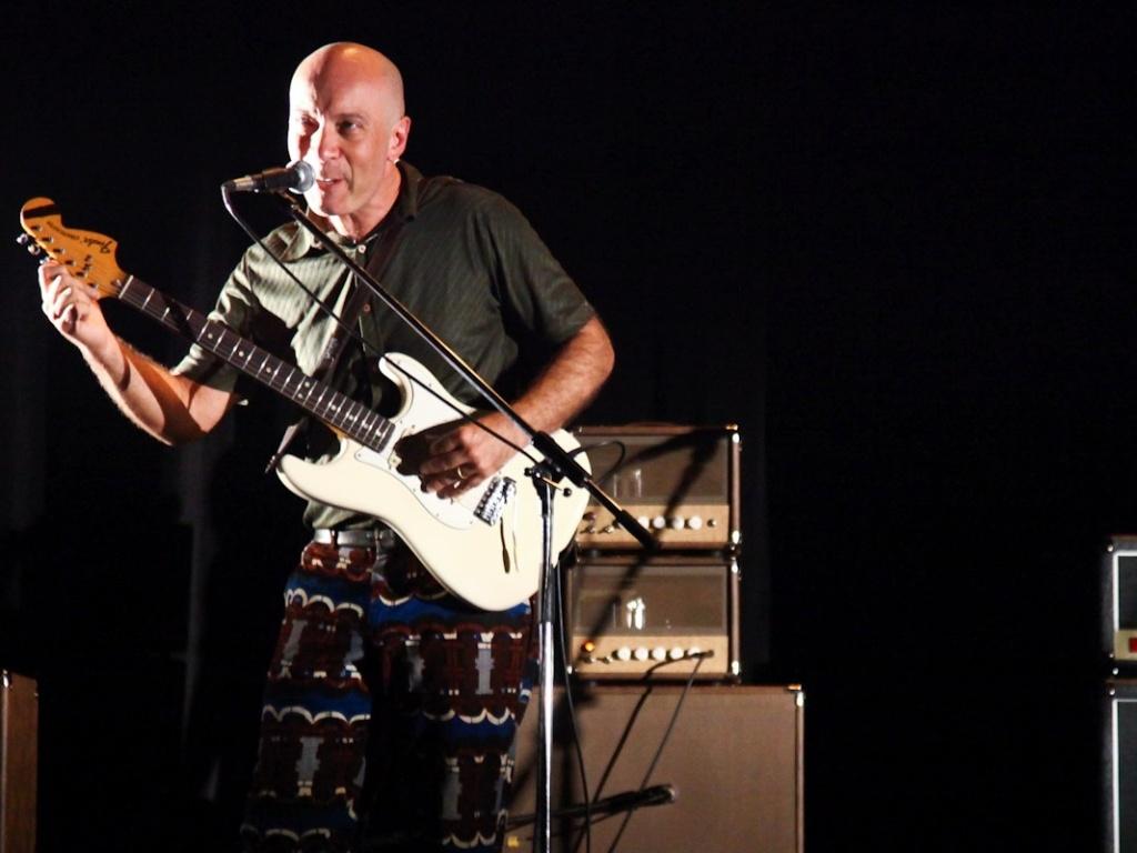 1.fev.2013 - O guitarrista Edgard Scandurra toca no show