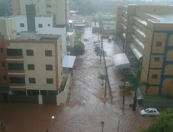2. fev. 2013 - A chuva de pouco mais de uma hora que atingiu a regio do Tringulo Mineiro, interior de Minas Gerais, no final da tarde deste sbado (2), deixou ruas e avenidas alagadas. Em Uberlndia a principal avenida da cidade, Governador Rondon Pacheco, ficou parcialmente interditada 