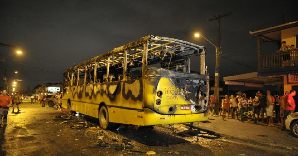 2.fev.2013 - Pessoas observam ônibus queimado em Joinville (SC), neste sábado (2). Foi o primeiro ataque do tipo na cidade. Segundo a polícia, dois homens jogaram um coquetel molotov no veículo e fugiram. Ninguém ficou ferido. Pelo quarto dia consecutivo o Estado voltou a registrar ataques a ônibus e prédios públicos