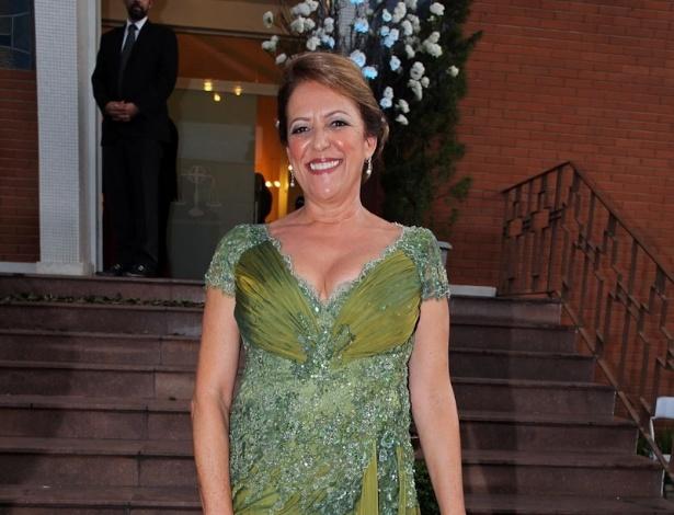 2.fev.2013 - A mãe do noivo Rose Pereira posa para foto na entrada do casamento do nadador Thiago Pereira e a advogada Gabriela Pauletti, que acontece na Igreja Santo Ivo, na região do parque do Ibirapuera, em São Paulo