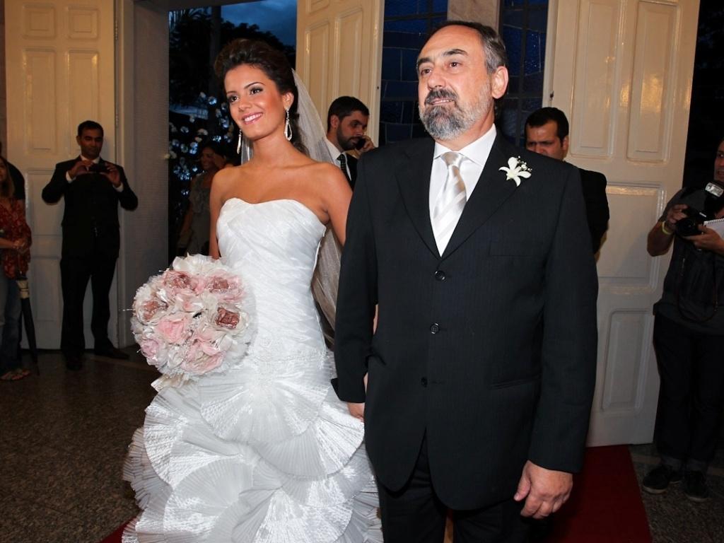 2.fev.2013 - A noiva Gabriela Pauletti entra na igreja Santo Ivo com seu pai. A capela fica na região do parque do Ibirapuera, em São Paulo