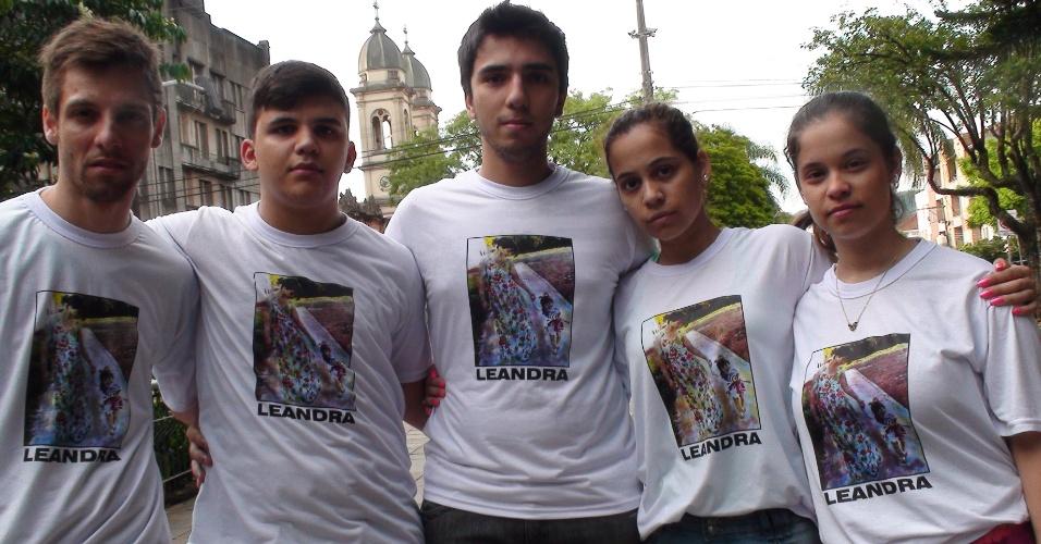2.fev.2013 - Amigos de vítima do incêndio em boate de Santa Maria vestem camiseta com foto dela pelas ruas da cidade gaúcha. O segundo da esquerda para direita é o estudante Rodrigo Pivetta, que estava na Kiss na noite da tragédia
