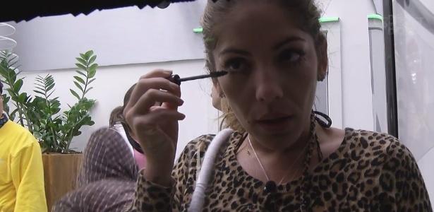 2.fev.2013 - Anamara passa maquiagem no olho logo depois de se levantar