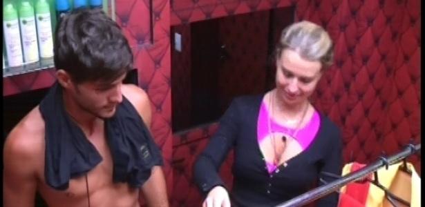 2.fev.2013 - André e Fernanda pegam as fantasias do castigo do monstro na despensa