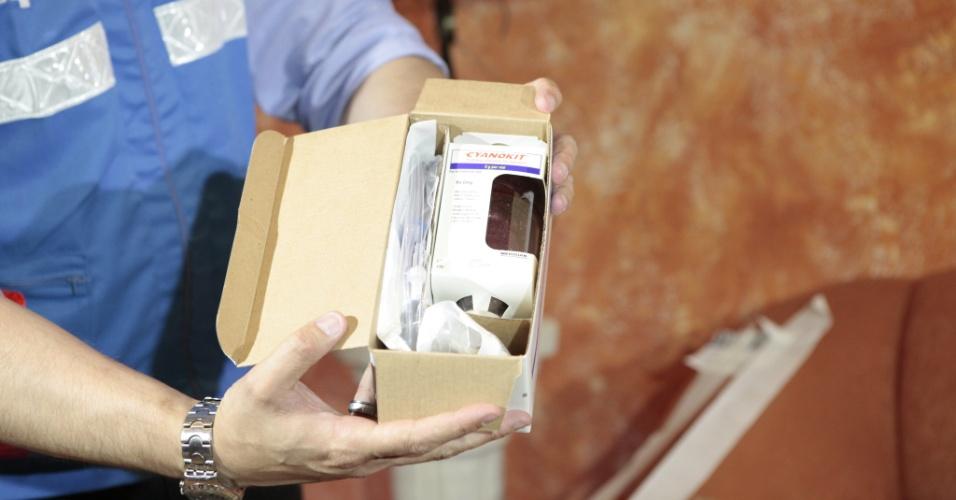 2.fev.2013 - Atendente mostra medicamento que pode reduzir os efeitos da fumaça tóxica no organismo das vítimas do incêndio na boate Kiss que seguem internadas. Os remédios, doados pelo governo dos Estados Unidos, serão distribuídos no Hospital Universitário e Hospital de Caridade, ambos em Santa Maria (RS)