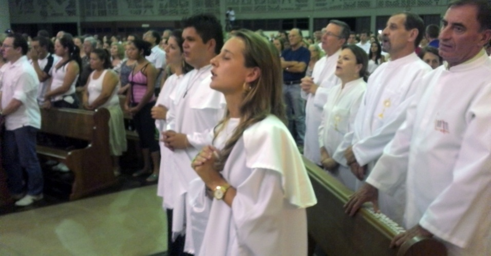 2.fev.2013 - Cerca de 3.000 pessoas lotaram na noite deste sábado o Santuário Basílica Nossa Senhora da Medianeira de Todas as Graças, em Santa Maria (RS), onde uma missa de sétimo dia é realizada em memória dos jovens mortos no incêndio da boate Kiss