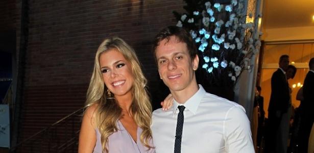 2.fev.2013 - César Cielo e a namorada Kelly Gisch posam para foto na entrada do casamento do nadador Thiago Pereira e da advogada Gabriela Pauletti, que acontece na Igreja Santo Ivo, na região do parque do Ibirapuera, em São Paulo
