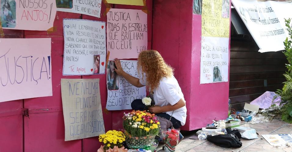 2.fev.2013 - Dezenas de familiares e amigos das vitimas do acidente na boate Kisss em Santa Maria (RS) estiveram na frente na boate no final da tarde deste sábado para prestarem homenagens e realizar orações