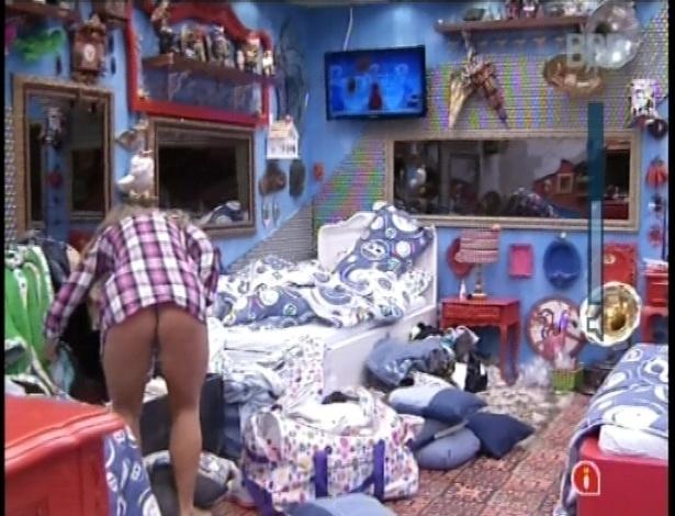 2.fev.2013 - Fani acorda e procura suas roupas no bagunçado quarto brechó