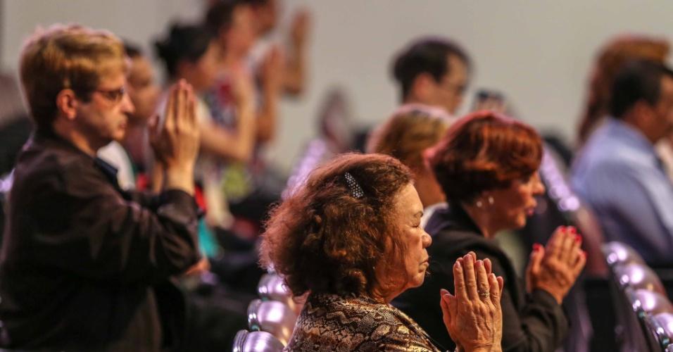 2.fev.2013 - Grupo participa de uma cerimonia na sede da Seicho-No-Iê, na região do Jabaquara, zona sul da capital paulista, neste sábado (2), em homenagem às vítimas da tragédia ocorrida na boate Kiss, em Santa Maria (RS)