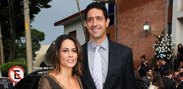 2.fev.2013 - Gustavo Borges e esposa posam para foto na entrada do casamento do nadador Thiago Pereira e da advogada Gabriela Pauletti, que acontece na Igreja Santo Ivo, na região do parque do Ibirapuera, em São Paulo