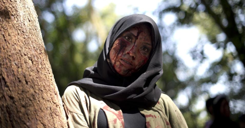 2.fev.2013 - Jovens fantasiados de zumbis participam de uma corrida em uma floresta na periferia de Kuala Lampur, na Malásia. O país de maioria islâmica tem sido mais condescendente nos últimos anos com filmes de terror - eles já chegaram a ficar banidos por mais de três décadas na Malásia