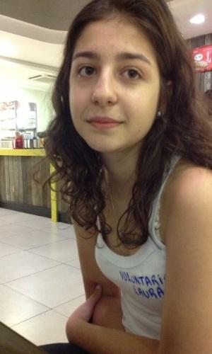 """2.fev.2013 - Laura Marin, 18, estudante de engenharia na UFSM (Universidade Federal de Santa Maria) é voluntária no Hospital de Caridade, em Santa Maria (RS), onde estão internados algumas das vítimas da tragédia na boate Kiss. """"Tudo que as pessoas querem é a nossa presença  Em troca, nós nos sentimos bem fazendo isto"""", disse"""
