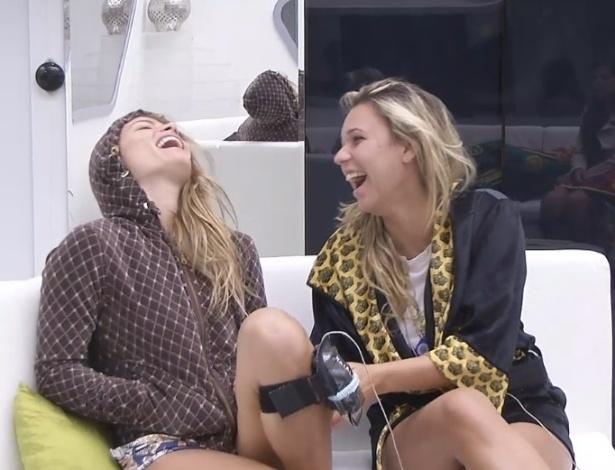 2.fev.2013 - Natália e Marien se divertem na sala logo após se levantaram