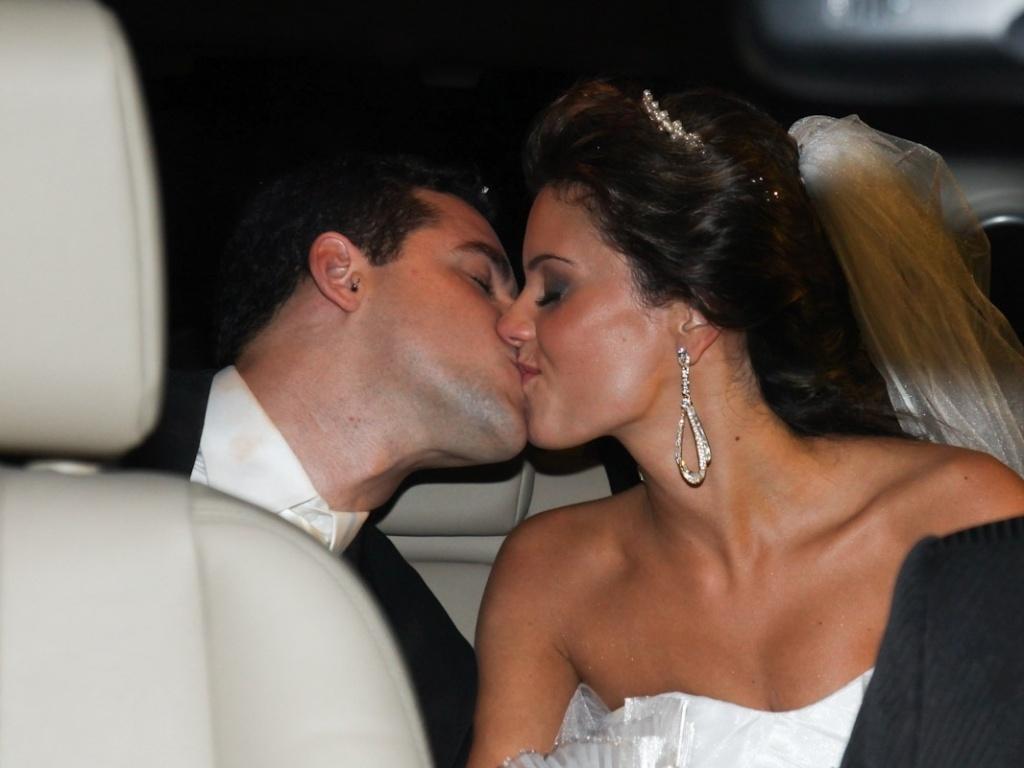 2.fev.2013 - O nadador Thiago Pereira e a advogada Gabriela Pauletti se beijam antes de entrarem na Igreja Santo Ivo, na região do parque do Ibirapuera, em São Paulo