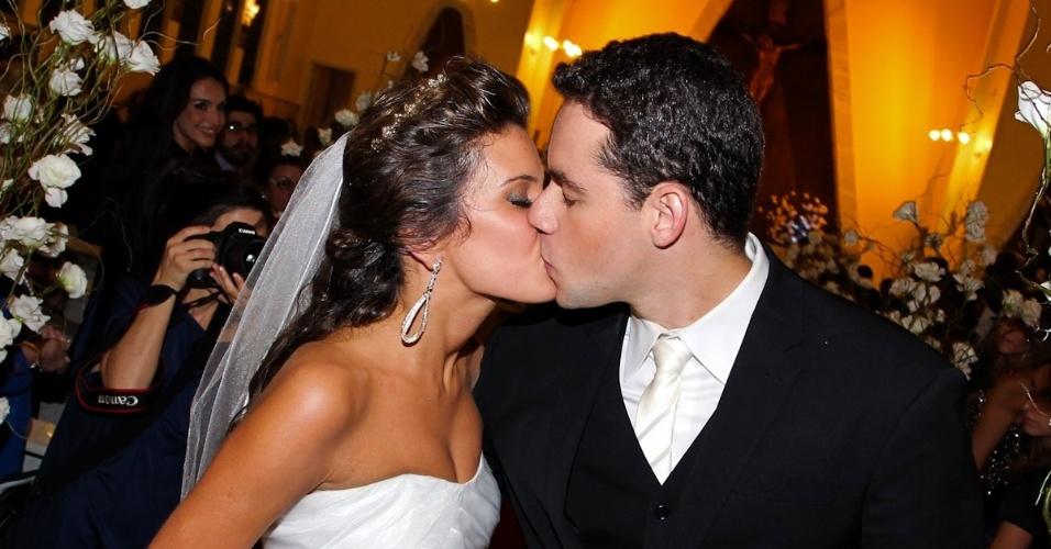 2.fev.2013 - O nadador Thiago Pereira e a advogada Gabriela Pauletti se casam na Igreja Santo Ivo, na região do parque do Ibirapuera, em São Paulo