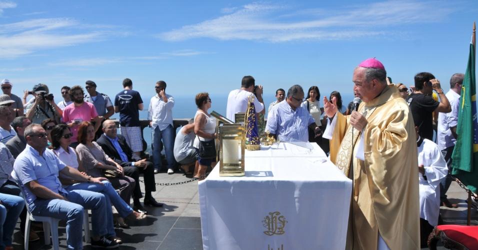2.fev.2013 - População participa de missa celebrada pelo arcebispo do Rio de Janeiro, Dom Orani Tempesta, em memória dos jovens que morreram na tragédia de Santa Maria, no Rio Grande do Sul. A celebração ocorreu no Cristo Redentor, no Corcovado, no Rio de Janeiro