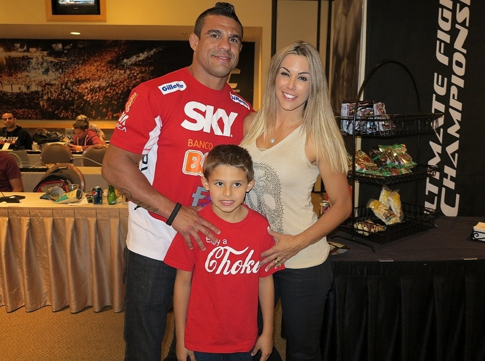 Família Belfort reunida nos bastidores do UFC 156: Vitor, Davi e Joana