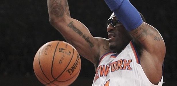 02.fev.2013 - Amar'e Stoudemire enterra na fácil vitória dos Knicks sobre os Kings, por 120 a 81