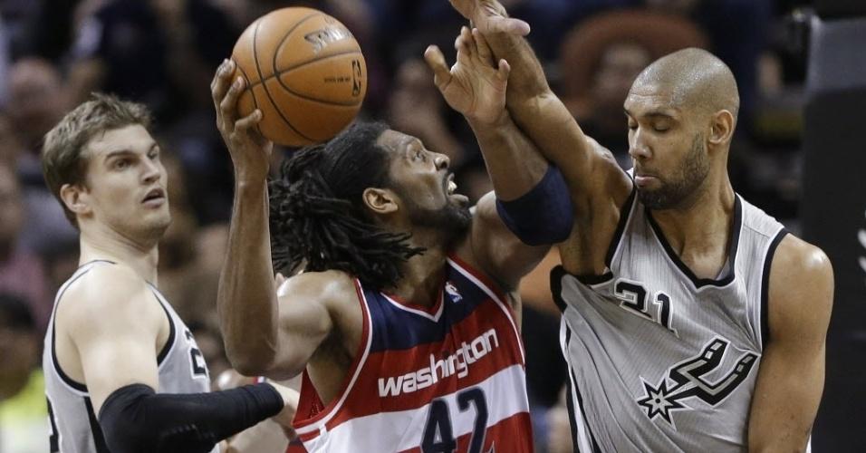 02.fev.2013 - Nenê tenta jogada sob marcação de Tim Duncan e Tiago Splitter, na derrota dos Wizards para os Spurs