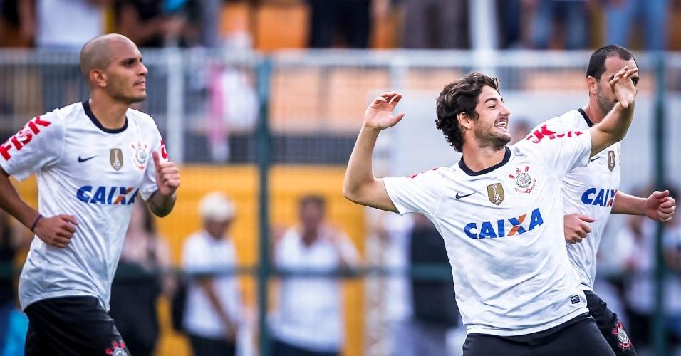 03.fev.2013 - Alexandre Pato comemora o seu primeiro gol pelo Corinthians, em sua estreia pelo time contra o Oeste no Pacaembu