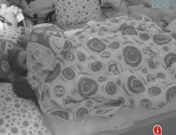 03.fev.2013 - Após oficializarem namoro, Yuri e Natália trocam intensas carícias embaixo do edredom