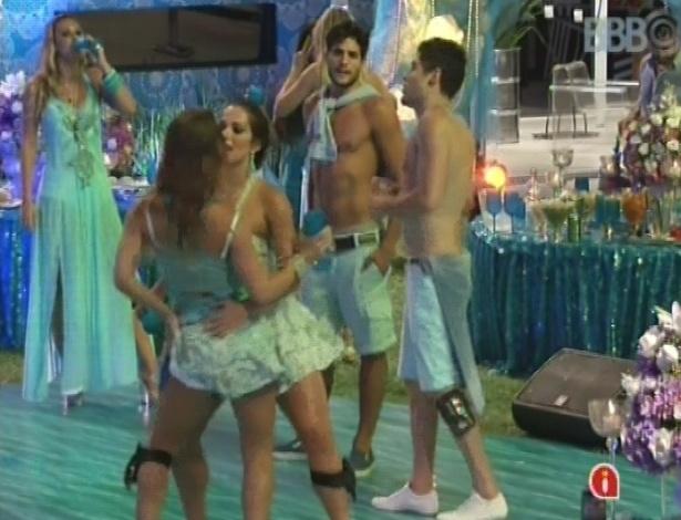 03.fev.2013 - Fani e Natália descem até o chão ao som de funk na festa Iemanjá