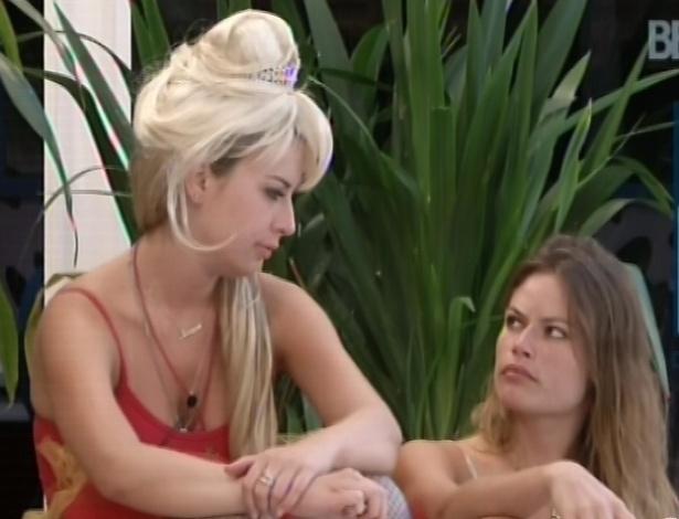 03.fev.2013 - Fernanda, Natália e Anamara conversam sobre André do lado de fora da casa