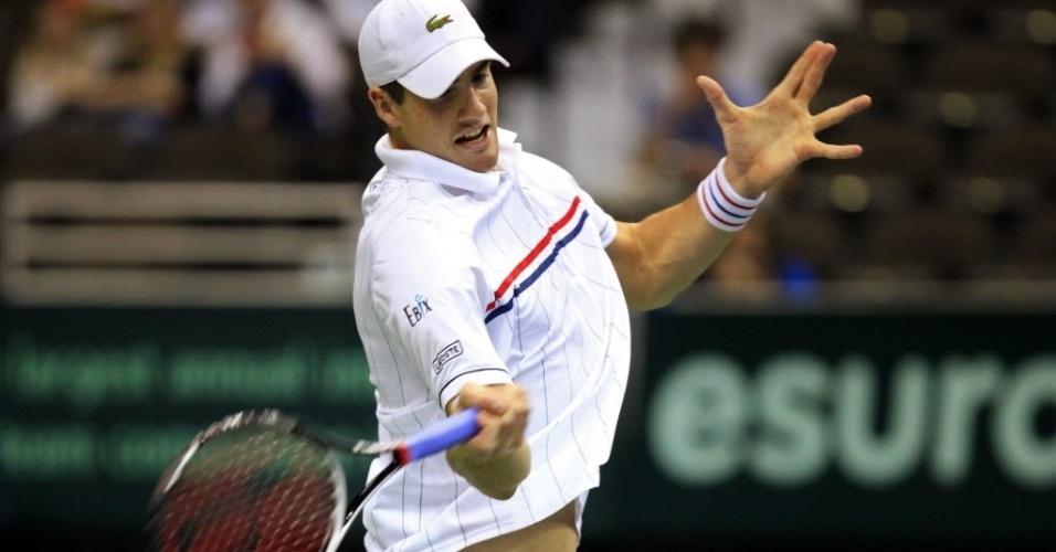 03.fev.2013 - John Isner rebate bola de Bellucci na partida entre EUA e Brasil na Copa Davis