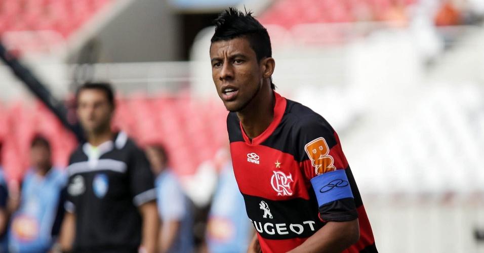 03.fev.2013 - Léo Moura, lateral do Flamengo, durante partida contra o Nova Iguaçu