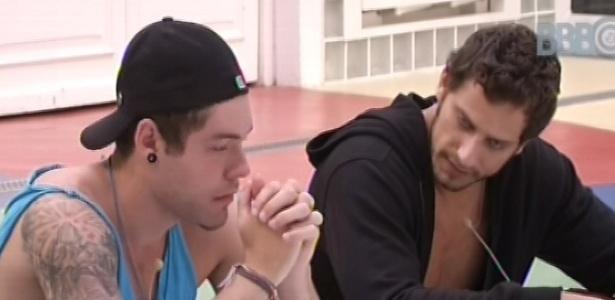 03.fev.2013 - Nasser e Eliéser conversam sobre dor de barriga e enjoo do lado de fora da casa do