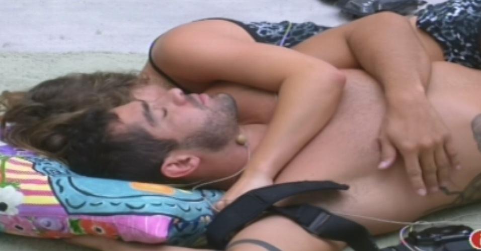 03.fev.2013 - Natália e Yuri acordam e deitam no chão da sala