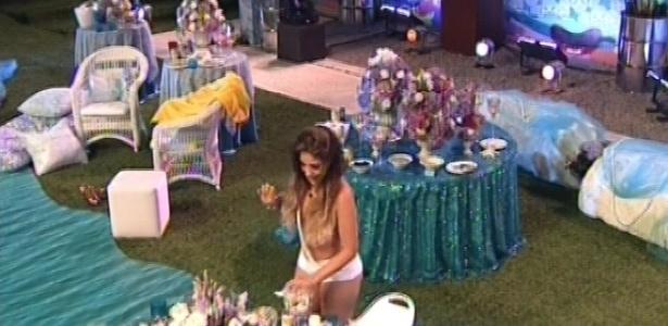 03.fev.2013 - Só de calcinha, Anamara usa conchas para cobrir os seios